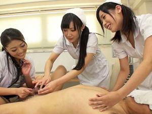 顔面騎乗で強制クンニさせる女医とチンポを責めるナースが大量の聖水を飲ませます。