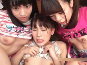 女の子たちがお小遣いをもらってチンポを一生懸命フェラしたりマンコにハメて腰を振ったり奉仕してます。