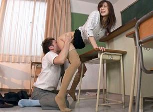 長身女教師がM男生徒の顔面を股間に押し付け強制クンニ!顔面をオモチャにしてマンコを擦りつけまくる!