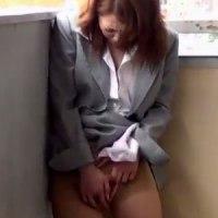 【エッチ動画】 【アダルト動画】【野外オナニー隠撮動画】イケメンと会話だけでパンツが濡れた素人女子スタッフが昼食抜いてオナニーに明け暮れたww