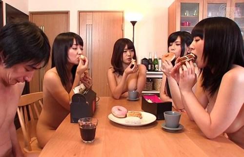 【三次エロ動画】常に全裸で4人のお姉さんと…もちろんセクロス三昧な夢の共同性活www