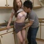 【四十路】隣の部屋にいる父に隠れてキッチンで豊満な母の体を弄び、肉棒挿入でガン突きして中に射精してしまう息子