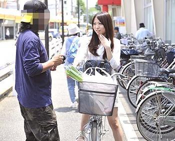 素人ナンパ中出し人妻寝取られ巨乳熟女美女自転車に乗ってる団地妻に狙いを定めてナンパ!即ヤリ腔内射精大成功45分