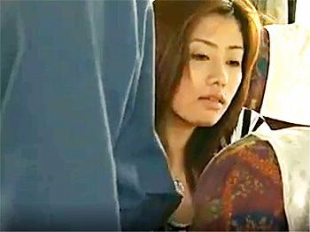 ヘンリー塚本エロ動画ドラマ変態手コキ痴女痴漢美女バス車内で痴漢男にチ○コを擦り付けられるお姉さん。しっかり応戦して肉棒丸出しでシコシコ手コキ!11分