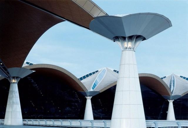 Международный аэропорт в Куала Лумпуре (Малайзия, 1998 г.), спроектированный Курокавой