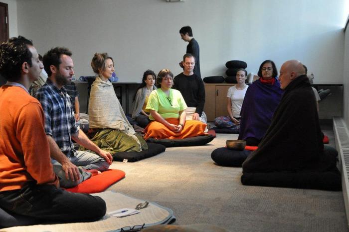 Участники исследования медитируют в лаборатории функциональной визуализации.