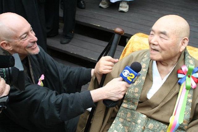 Шинзен Янг переводит Сасаки Роси на праздновании 100-летнего юбилея учителя.