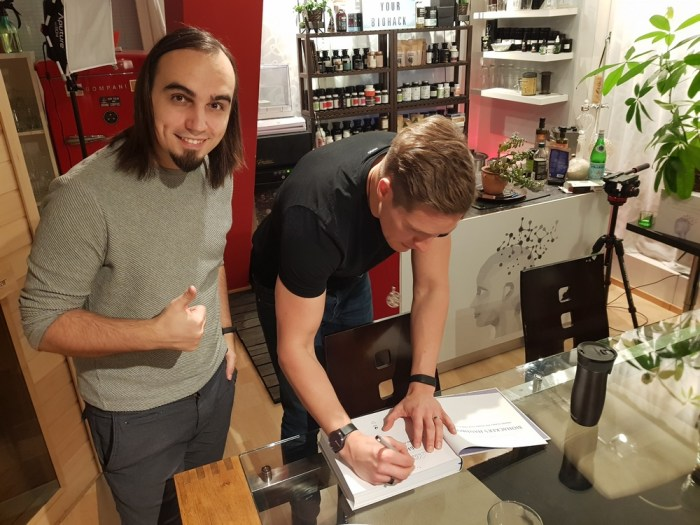 Олли Совиярви ставит автограф в русском издании книги «Биохакинг».