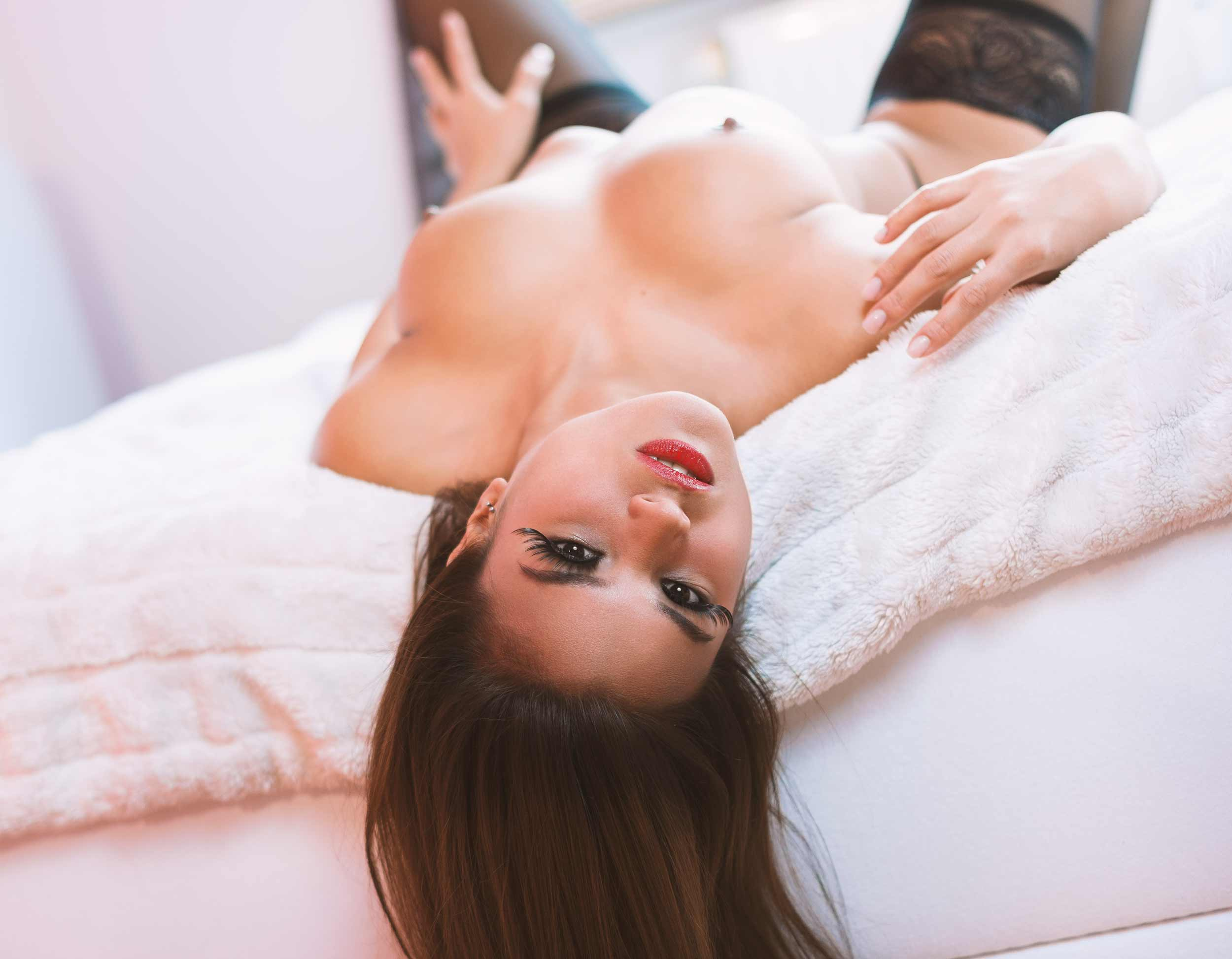 irina on the bed, erotic shoot munich. erotikfotografie münchen