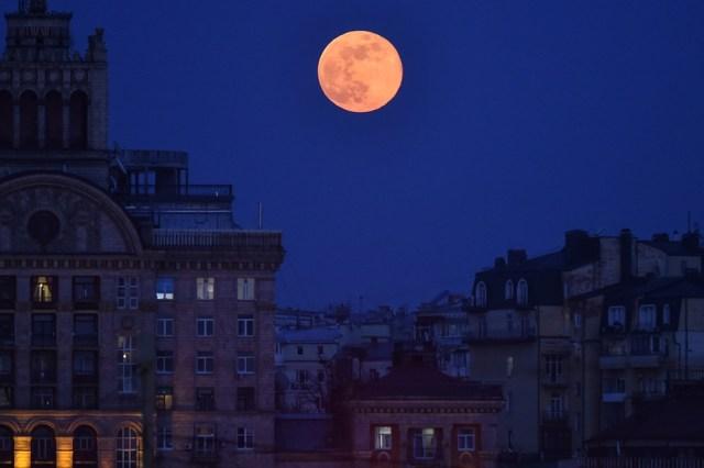 En Fotos: La belleza de la Luna Rosa desde distintos lugares del mundo