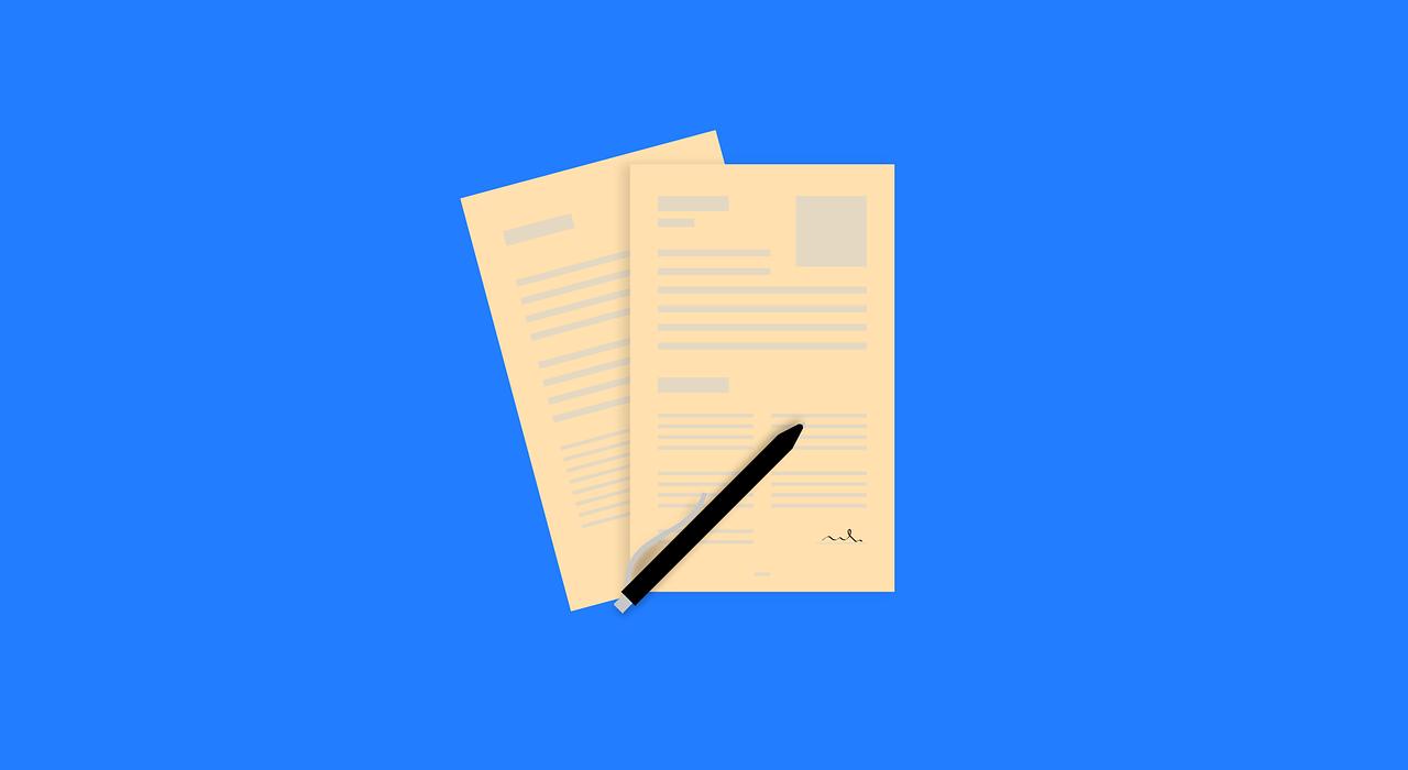 uma caneta e um bloco de notas para fazer um cv