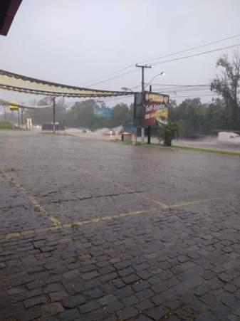 RJ-106, altura da Estrada dos Cajueiros. | Foto recebida via WhatsApp do ErreJota Notícias.