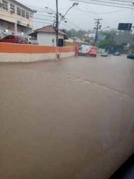 Rua Domício da Gama, Centro de Maricá. | Foto recebida via WhatsApp do ErreJota Notícias.