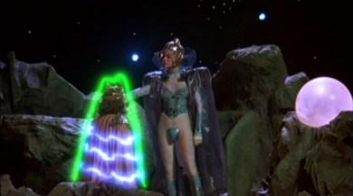 Entre le costume à peine vulgaire de Miss Poisson et la halo vert vintage, on se demande quel est le plus ridicule.