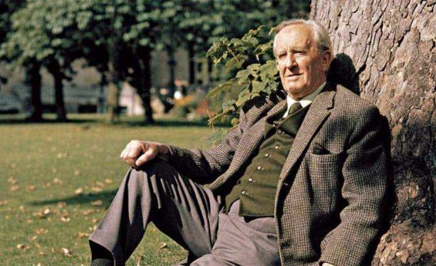 Tolkien âgé assis le dos contre un arbre