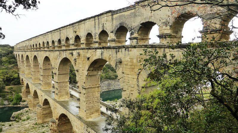 Über die Brücke gehen
