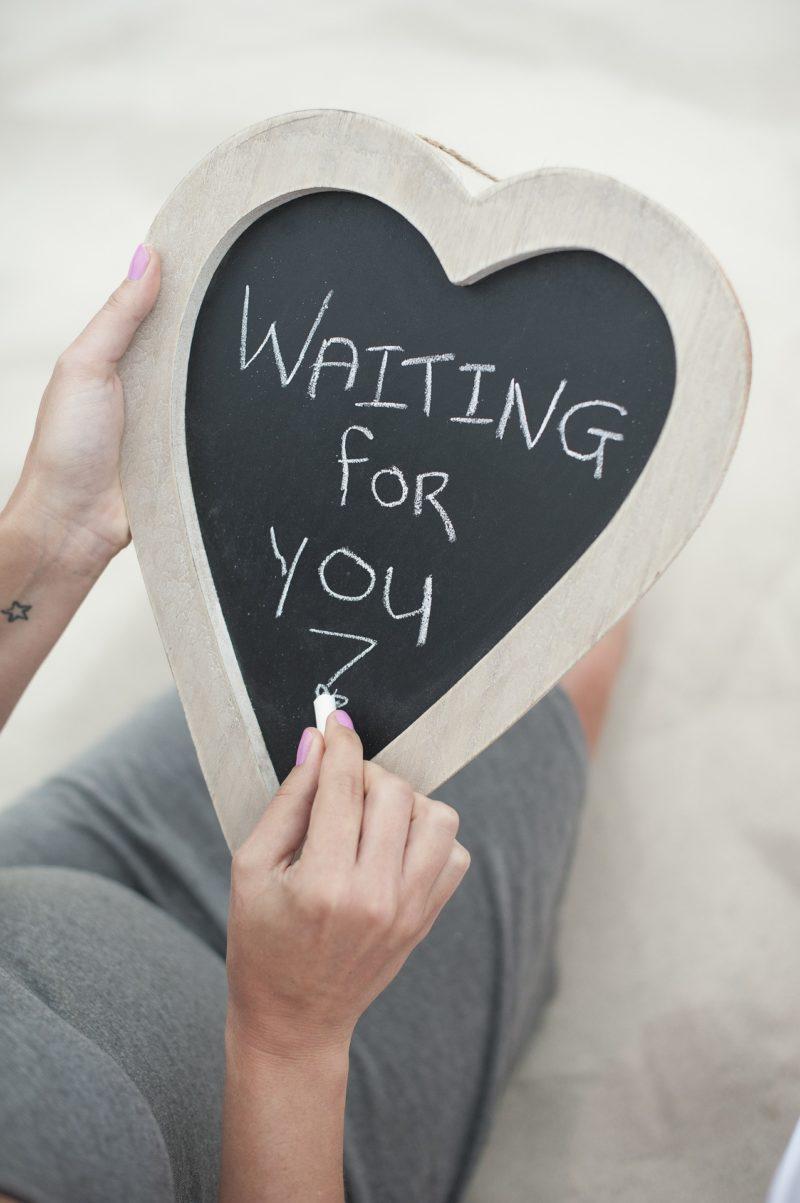 Frau schreibt Waiting for you - Schwangerschaftswoche 1 bis 12