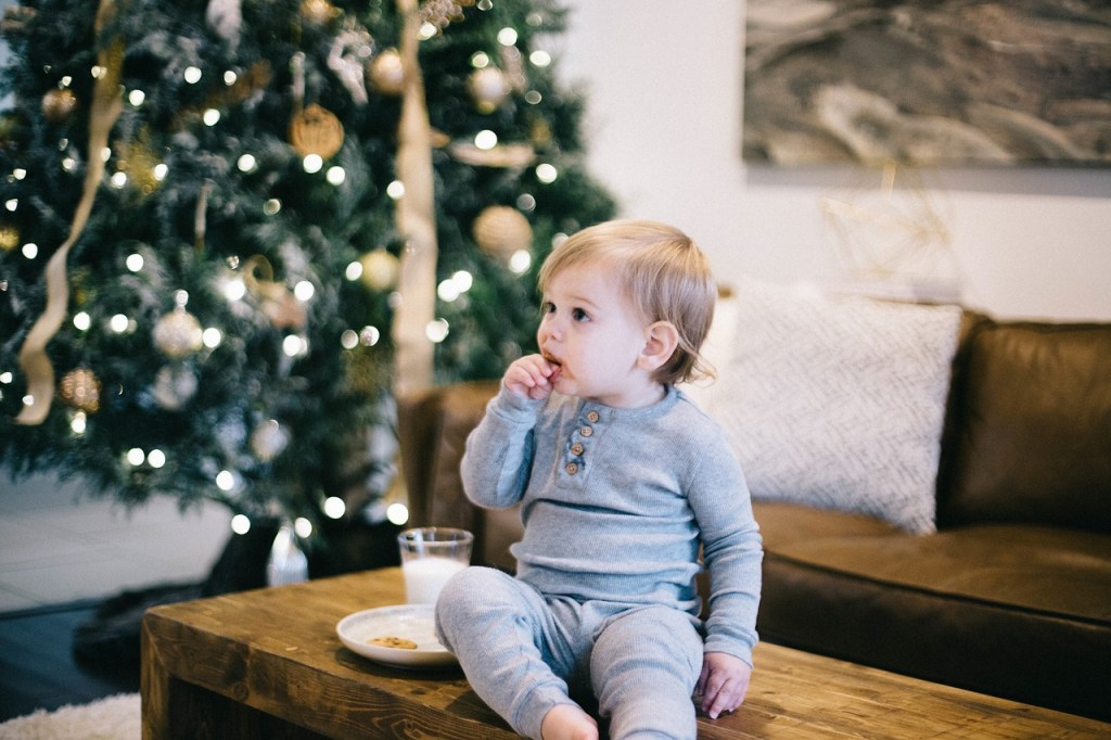 Kleinkind isst Kekse