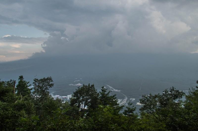 Fujisan innhyllet i skyer