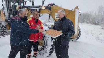 Binali Yıldırım'dan karla mücadele ekiplerine tatlı