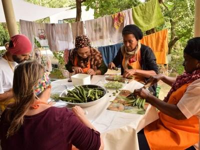 Groep vrijwilligers die samen de maaltijd bereiden