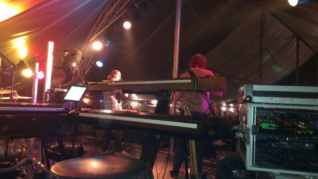 setup van Koert on stage bij coverband OnCue: piano en Hammond
