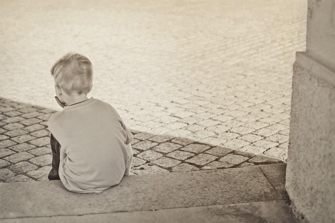 Kind zit alleen op de trap