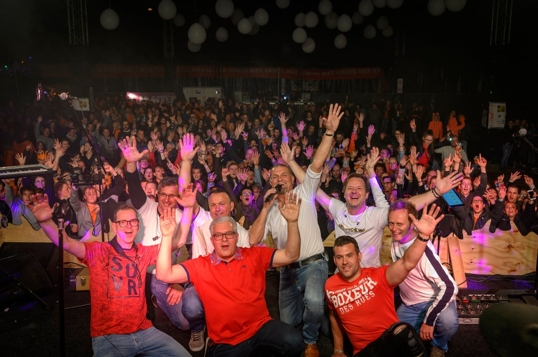 OnCue en publiek live on stage tijdens Brabantse Wal Festival