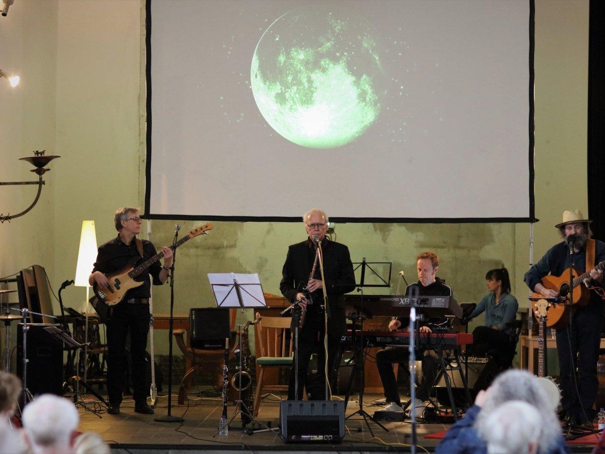 Tak & Band op het podium voor de live presentatie van de CD Everything