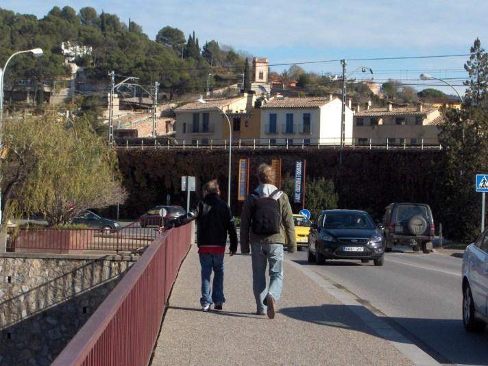 Samen met ons pleegkind wandelen we naar het treinstation van Girona