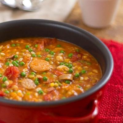 Tomatenstoofpot met lamsworstjes en gerst