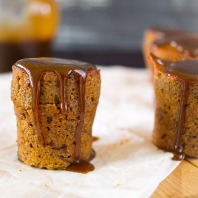 Dadel cakejes met zoute karamel saus