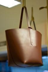 Atelier had expositie met tassen.