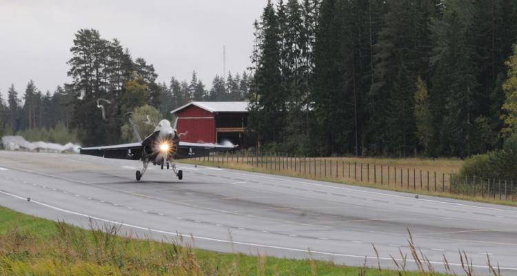 Los aviones militares finlandeses en la carretera: ejercicio Baana 2018