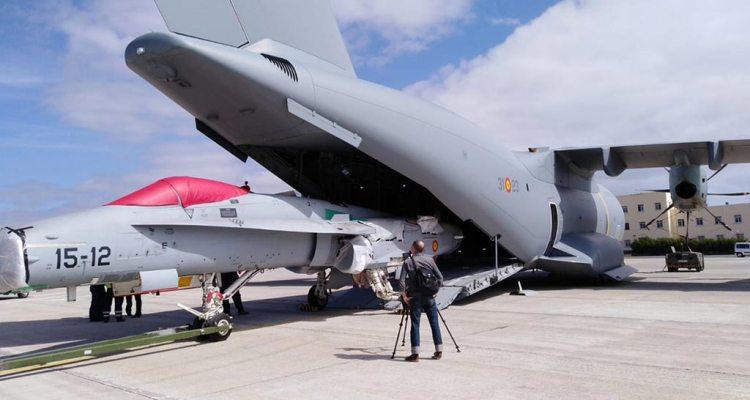 Airbus A400 español cargando un caza F-18 Hornet