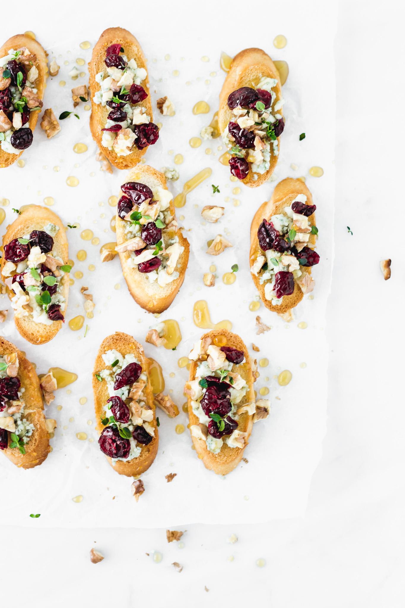 Crostini de queso azul, cranberries, nueces y miel