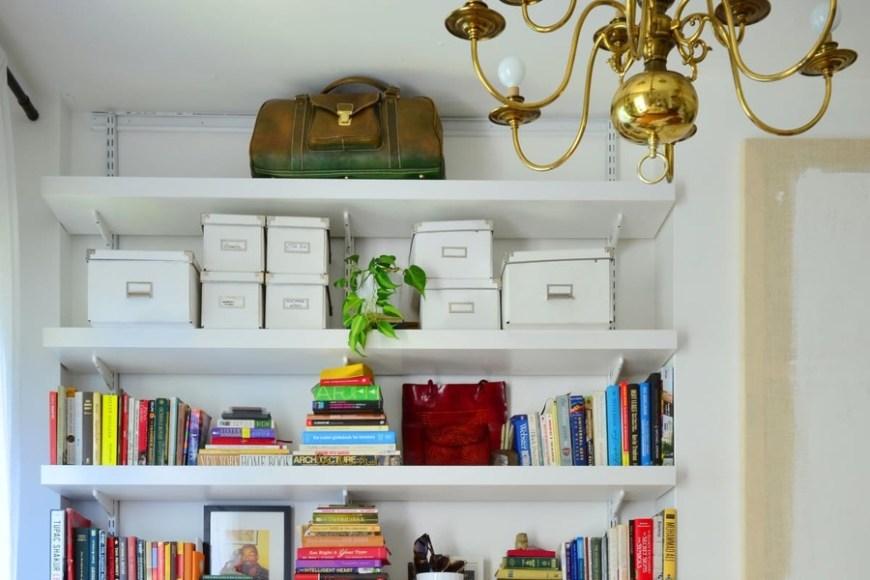 Estantería con cajas y libros