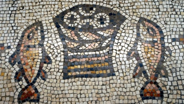 Un mosaico bizantino simboliza el milagro de la multiplicación de los panes y los peces. Foto cortesía del Ministerio de Turismo de Israel.