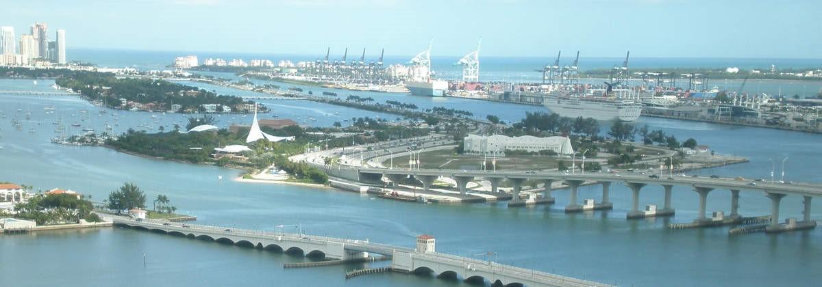 Puente MacArthur Causeway, el cual conecta el centro de Miami y South Beach