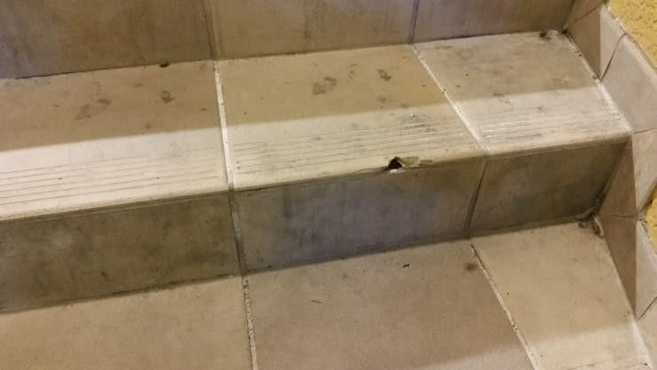 El azulejo roto representa un peligro en esta escalera en un centro comercial de South Miami
