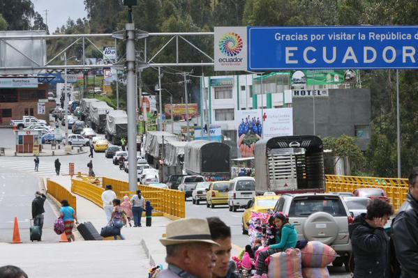 Embotellamiento de autos en la frontera de Ecuador con Colombia.
