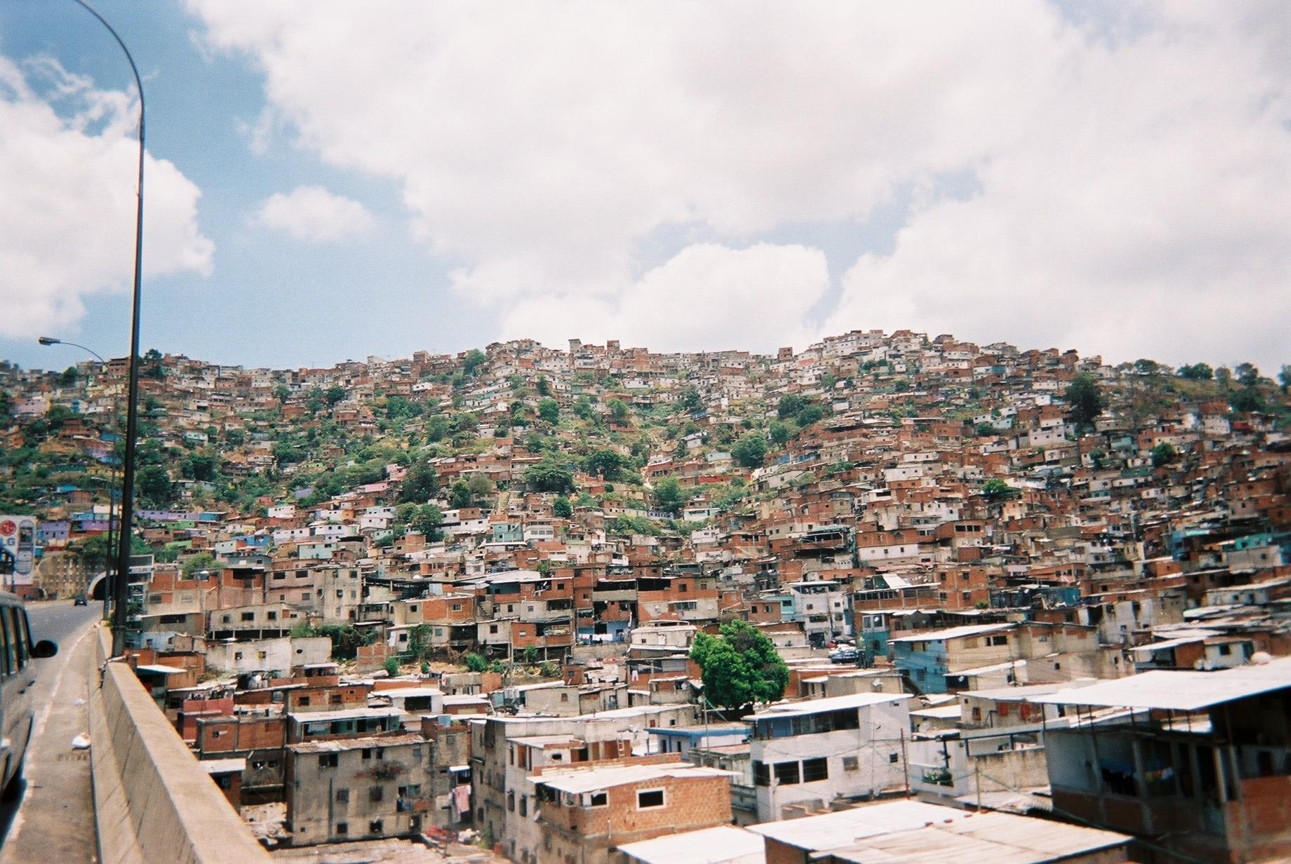 Las construcciones en suelos invadidos aumentan dentro y alrededor de Caracas.