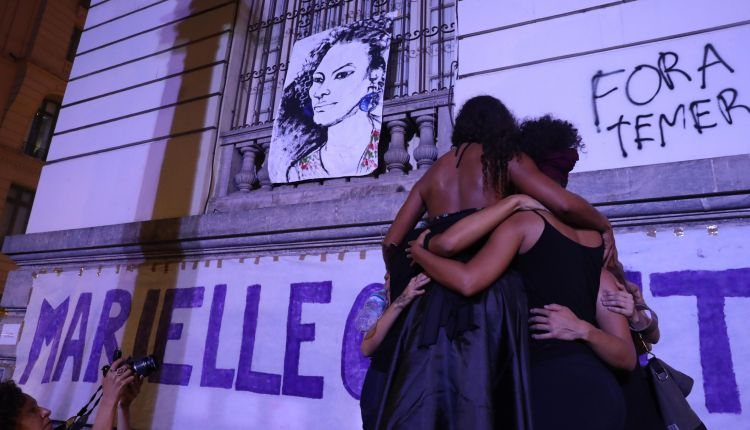 Multitud indignada despide a concejala brasileña y grita contra la barbarie