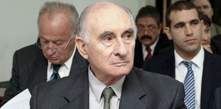 Handout picture released by Centro Informacion Judicial of former Argentine President Fernando de la Rua  attending the beggining of his bribe case trial in Buenos Aires on August 14, 2012. AFP PHOTO/Centro Informacion Judicial   RESTRICTED TO EDITORIAL USE-NO MARKETING-NO ADVERTISING CAMPAIGNS-MANDATORY CREDIT 'AFP PHOTO/Centro Informacion Judicial ' -DISTRIBUTED AS A SERVICE TO CLIENTS