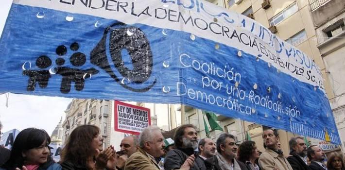 Aprobada por el Gobierno de Cristina Kirchner, la Ley de Medios ha suscitado apasionados apoyos y críticas feroces, pero no ha mejorado los medios, sino lo contrario. (Contrainjerencia)