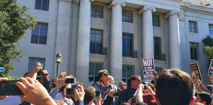 Pese a restricciones por parte de la Universidad de California, Berkeley, activistas por la libertad de expresión se manifestaron. (Facebook)