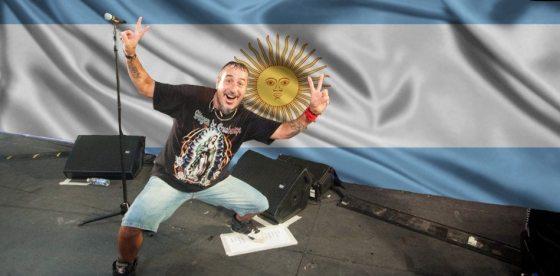 El burdo nacionalismo del rock argentino: cantante obliga a joven del público a taparse remera de Inglaterra