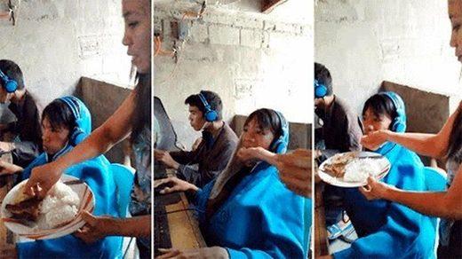 madre que alimenta a su hijo de 13 años en la boca porque no se puede despegar de un videojuego