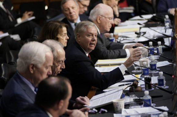 El senador Lindsey Graham (R-S.C.) interroga a Michael Horowitz, inspector general del Departamento de Justicia
