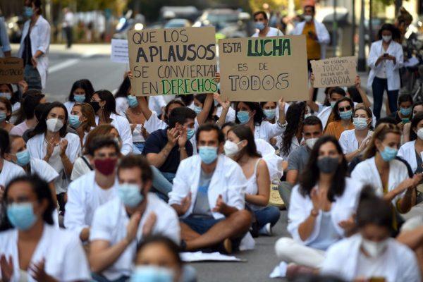 Médicos protestan contra sus condiciones laborales en el segundo día de huelga convocada por el colectivo en Barcelona (España), el 22 de Septiembre del 2020, en medio de un aumento del covid-19 en el país. (Foto de JOSEP LAGO / AFP vía Getty Images)